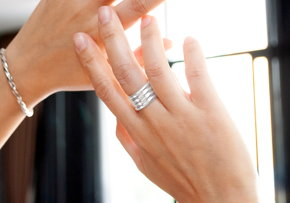 Model wearing silver rolling ring by Hill to Street